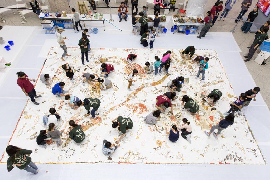 サムネイル画像:淺井裕介と市民による共同制作プロジェクト「美術館を耕す」